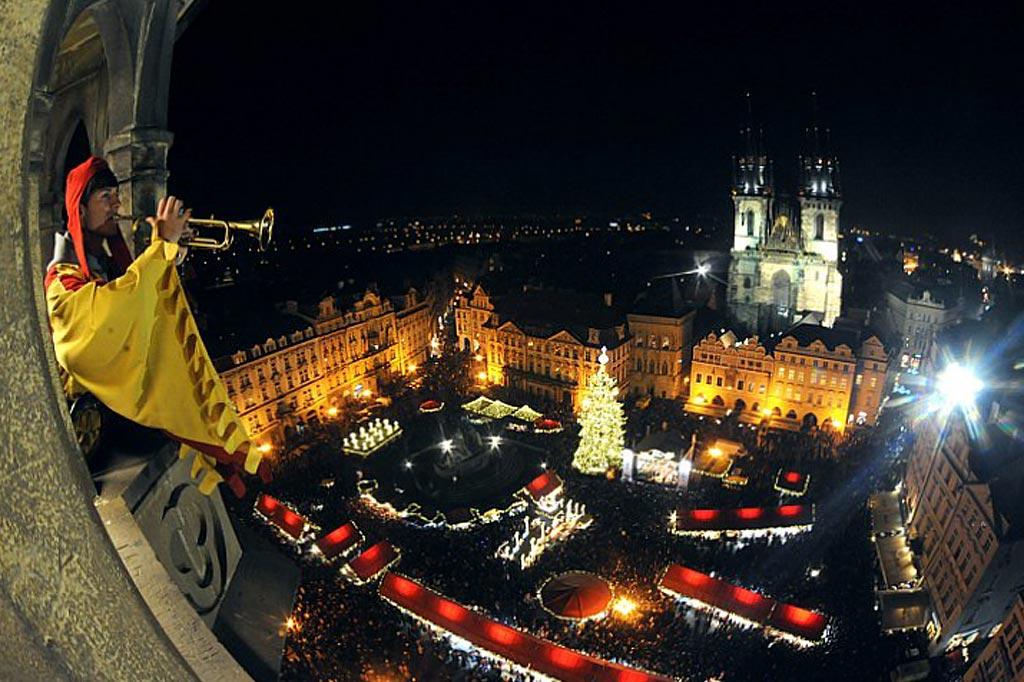 Трубач играет на башне во время церемонии открытия рождественского