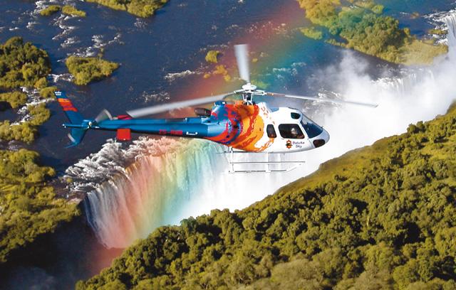 Вертолет над водопадом Виктория